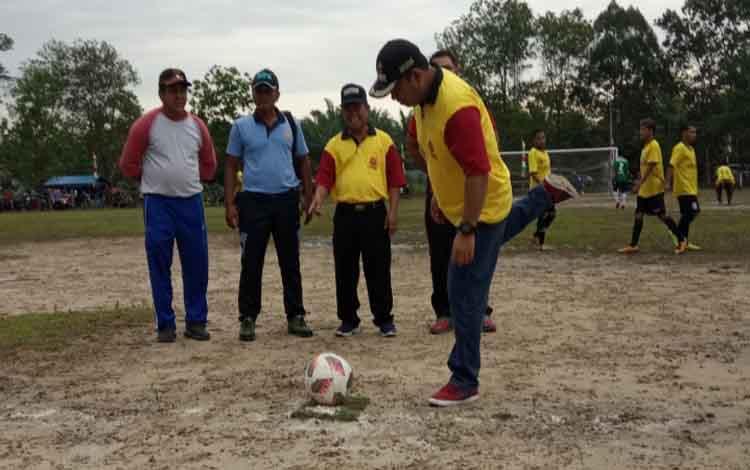 Tendangan bola pertama oleh Wakil Bupati Kobar dalam turnamen sepakbola Pasir Panjang Cup VII 2019, Sabtu 16 November 2019