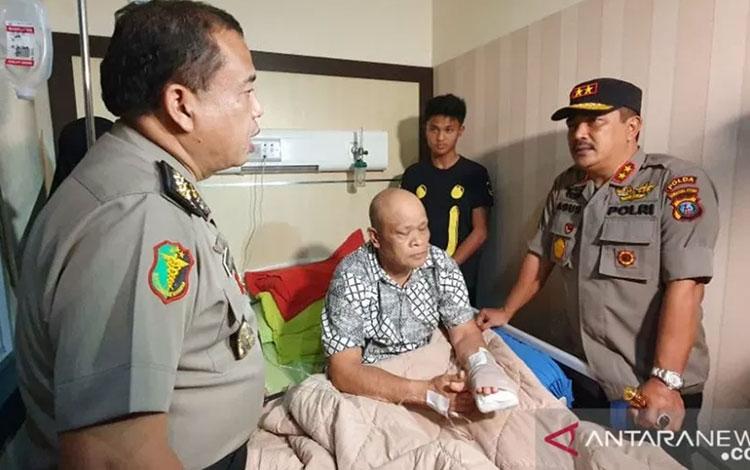 Kapolda Sumut Irjen Pol Agus Andrianto menjenguk korban bom bunuh diri, di RS Bhayangkara Medan pada Jumat malam. (ANTARA/HO)