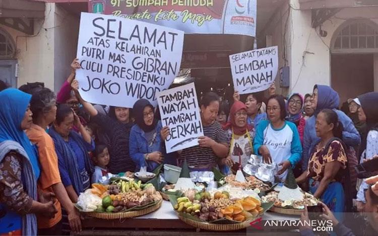 Pedagang pasar menggelar acara syukuran atas kelahiran cucu ketiga Presiden Joko Widodo di depan Pasar Gede Solo, Sabtu (16/11/2019).(ANTARA/Bambang Dwi Marwoto)