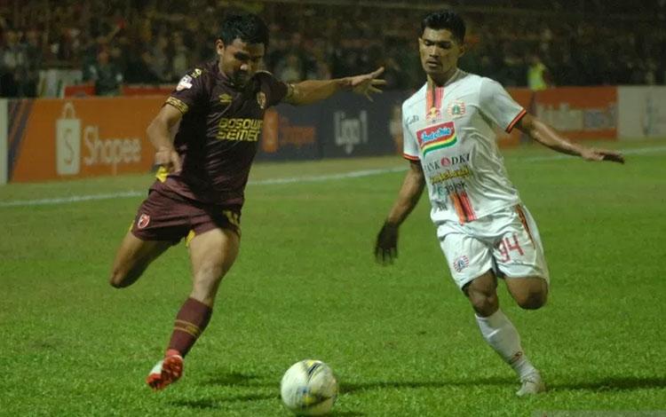 Pesepakbola PSM Makassar Asnawi Mangkualam Bahar (kiri) berusaha melewati pesepakbola Persija Jakarta Heri Susanto (kanan) dalam lanjutan Liga 1 2019 di Stadion Andi Mattalatta, Makassar, Sulawesi Selatan, Minggu (20/10/2019) ANTARA FOTO/Abriawan Abhe/hp.