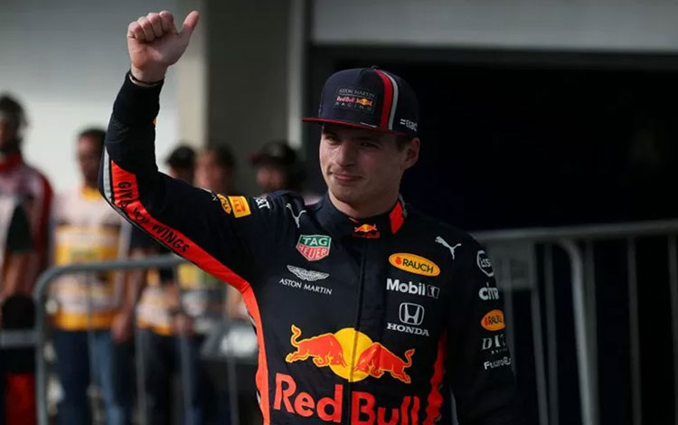 Pebalap tim Red Bull Max Verstappen melakukan selebrasi usai meraih pole position Grand Prix Brazil di Sirkuit Jose Carlos Pace, Sabtu (16/11/2019) REUTERS/RICARDO MORAES