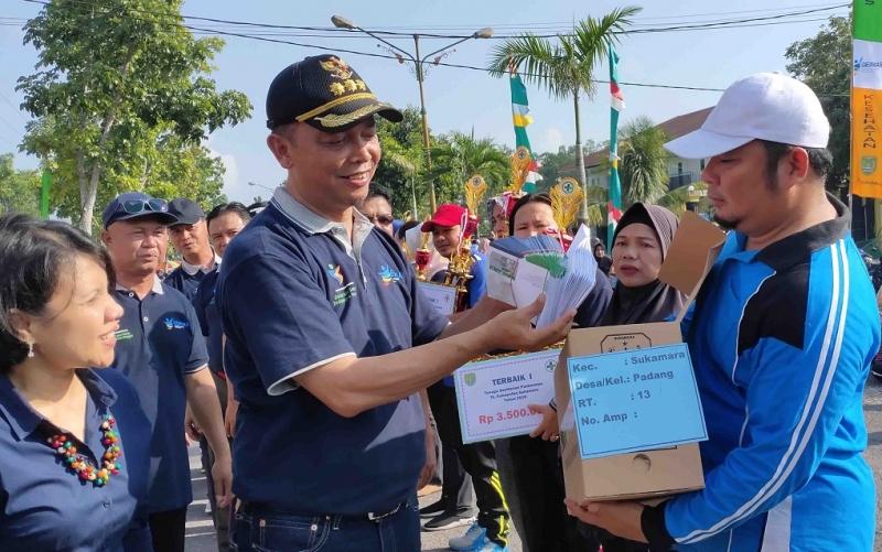 Bupati Sukamara, Windu Subagio menyerahkan hadiah kepada pemenang undian senam kesehatan HKN, Minggu, 17 November 2019.