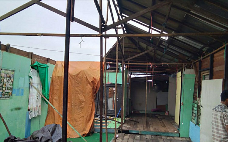 Kondisi satu unit rumah rusak akibat terkena angin puting beliung di Desa Anjir Serapat Tengah, Kecamatan Kapuas Timur.