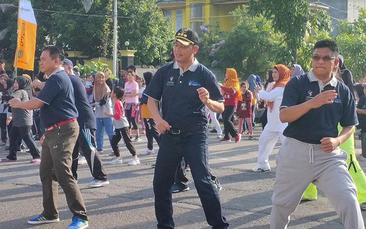 Bupati Sukamara, Windu Subagio dan Wakil Bupati Sukamara, H Ahmadi saat mengikuti kegiatan senam Hari Kesehatan Nasional dilokasi Car Free Day.