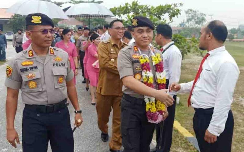 Kedatangan Kapolres Katingan yang baru, AKBP Andri Siswan Ansyah disambut tradisi adat dan pedang pora.