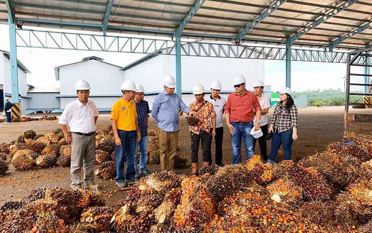 Bupati Barito Utara, Nadalsyah didampingi anggota DPRD Kotawaringin Timur saat mengunjungi pabrik kepala sawit di Sampit