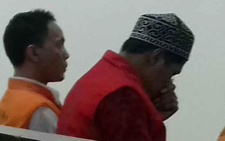 Mr (pakai peci), terdakwa kasus sabu di Pengadilan Negeri Sampit. Mr mendapatkan vonis 4 tahun penjara.