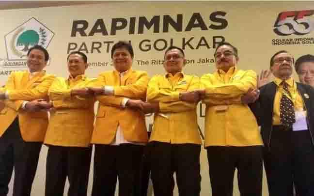 Ketua Umum Golkar Airlangga Hartarto dan Ketua MPR Bambang Soesatyo (dua di tengah) bersalaman di acara rapat pimpinan nasional (Rapimnas) Golkar, Hotel Ritz-Carlton, Jakarta pada Kamis, 14 November 2019.