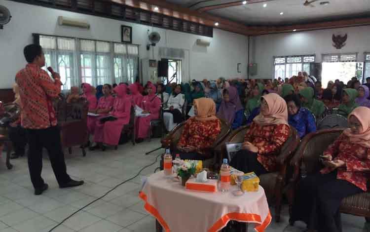 Sosialisasikan tanggulangi pernikahan dini yang dilakukan oleh DWP Kalteng. Saat ini pernikahan dini di Kotim cukup tinggi.