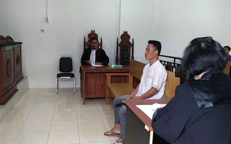 Terdakwa pembunuh anak kandung, MAS saat mendengarkan tuntutan jaksa dalam persidangan di Pengadilan Negeri Palangka Raya, Senin, 18 November 2019.