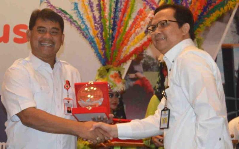 Kadis PUPR Kalteng Shalahuddin mewakili Gubernur Sugianto Sabran, menerima penghargaan terbaik pembangunan infrastruktur 2019, Senin, 18 November 2019.