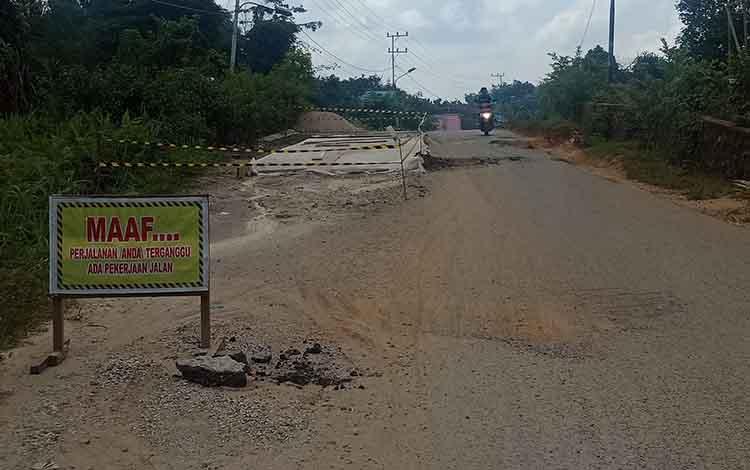 Proyek perbaikan jalan di Jalan Tjilik Riwut Kota Puruk Cahu yang terhenti sehingga mengakibatkan banyak pengendara yang jatuh, Senin, 18 November 2019