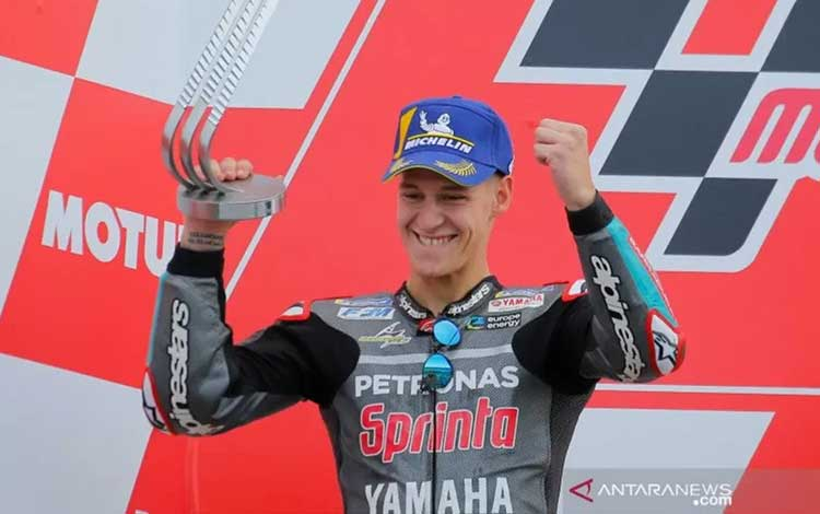 Pebalap tim Petronas Yamaha SRT Fabio Quartararo melakukan selebrasi usai finis runner-up di Grand Prix Valencia, Sirkuit Ricardo Tormo, Minggu (17/11/2019).(ANTARA/REUTERS/Heino Kalis)
