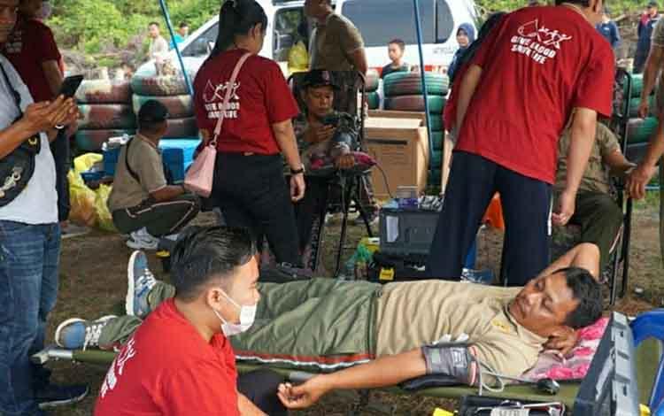 Bakti sosial berupa donor darah pada HKN di lapangan tembak Kodim 1011 Kuala Kapuas