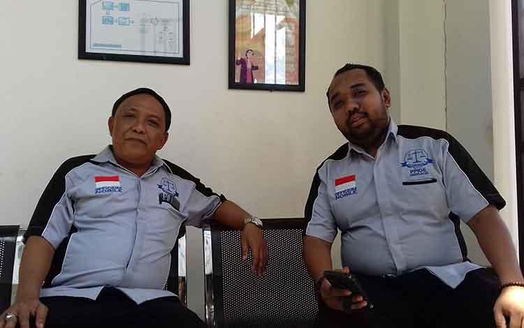 Bambang Nugroho dan Agung Adisetiyono penasihat hukum terdakawa di depan ruang sidang Pengadilan Negeri Sampit. Pria berinisial Ho terancam hukuman selama 10 tahun penjara karena menghamili keponakan yang masih berumur 14 tahun.