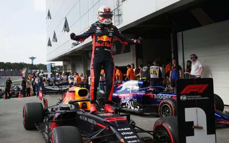 Pebalap tim Red Bull Max Verstappen melakukan selebrasi usai menjuarai balapan Grand Prix Brazil di Sirkuit Jose Carlos Pace, Minggu (17/11/2019) Reuters/Ricardo Moraes