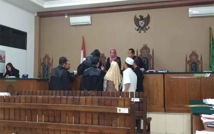Direktur PT Talawang Nampara Perkasa yang juga terdakwa Maulydia Aryas mengaku 3 kali menandatangani cek dengan nominal kosong terkait proyek pembangunan Pasar Handep Hapakat Kabupaten Pulang Pisau