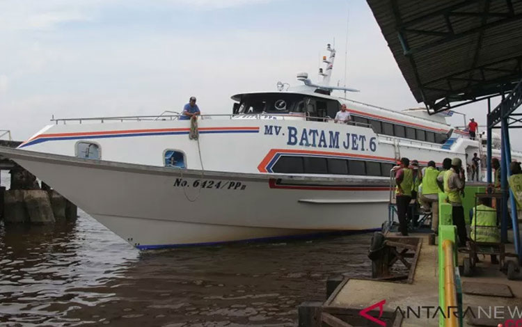Sebuah ferry penumpang antarpulau mengangkut pemudik Natal 2018 tiba di Pelabuhan Pelindo I Dumai di Dumai, Riau, Jumat (21/12/2018). (ANTARA FOTO/Aswaddy Hamid)