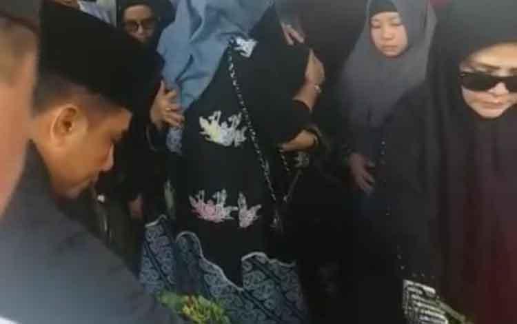 Bupati Kotim Supian Hadi saat menghadiri pemakaman mantan Bupati Seruyan Darwan Ali, Selasa, 19 November 2019.