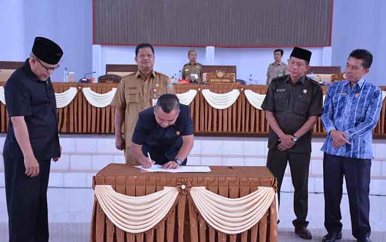 Ketua DPRD Seruyan, Zuli Eko Prasetyo saat menandatangani persetujuan bersama pembentukan Provinsi Kotawaringin, Selasa, 19 November 2019.