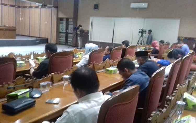 Paripurna pandangan umum fraksi di DPRD Kotim. Anggota Komisi I DPRD Kotawaringin Timur, SP Lumban Gaol mengingatkan pemanfaatan APBD Kotim harus untuk kepentingan masyarakat.
