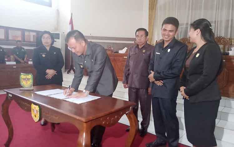 Bupati Gunung Mas Jaya S Monong saat menandatangani naskah Raperda APBD 2020 bersama DPRD
