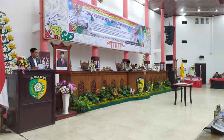 Juru Bicara Banggar, Sigit Widodo menyampaikan laporan Banggar dalam rapat paripurna dengan agenda Raperda APBD 2020, Selasa malam 19 November 2019