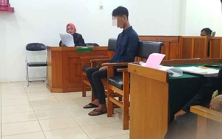 EP, saat menjalani persidangan di Pengadilan Negeri Palangka Raya.