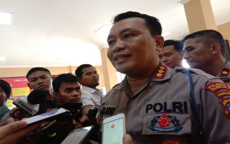 Kapolresta Palangka Raya Kombes Dwi Tunggal Jaladri saat diwawancarai wartawan. Dia mengatakan dalam penindakan kasus korupsi akan dilakukan secara fleksibel