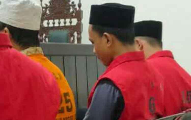 Terdakwa penganiayaan ES alias Dew, OS, dan LP saat sidang di Pengadilan Negeri Sampit, Rabu, 20 November 2019.