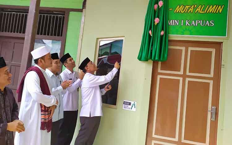 Kepala Kemenag Kapuas Ahmad Bahruni saat meresmikan Musala Al Muta\\\'alimin MIN 1 Kapuas pada Rabu, 20 November 2019.