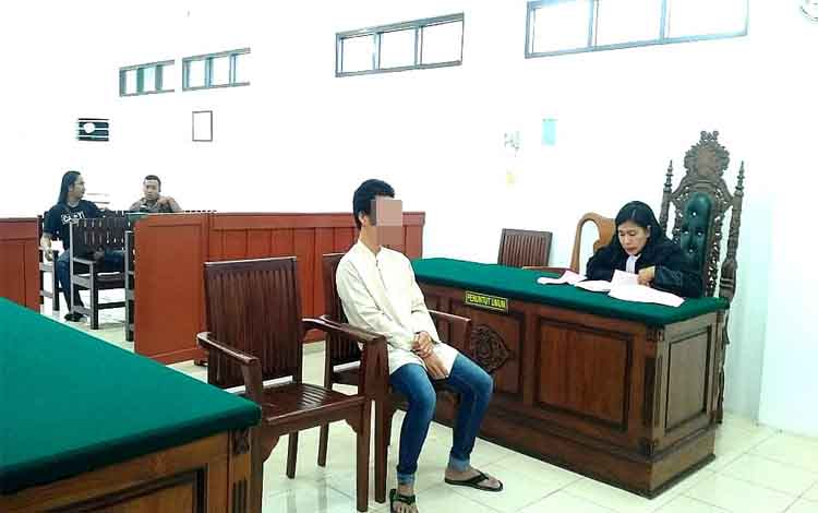 Terdakwa Mo memberikan keterangan dalam sidang kasus penggelapan motor di Pengadilan Negeri Palangka Raya, Rabu 20 November 2019