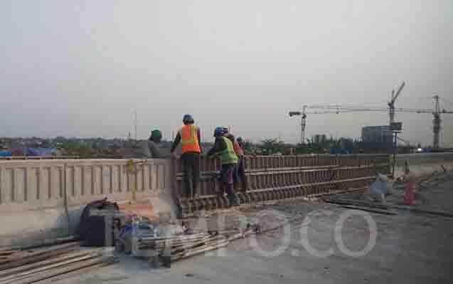 Pengerjaan jalan tol Jakarta - Cikampek. (foto : tempo.co)