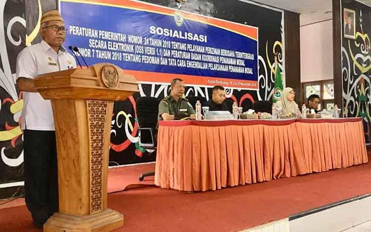 Asisten III Setda Seruyan, Agus Suharto saat membacakan sambutan Bupati Seruyan, pada sosialisasi Pelayanan Perizinan Berusaha Terintegrasi Secara Elektronik, Rabu, 20 November 2019