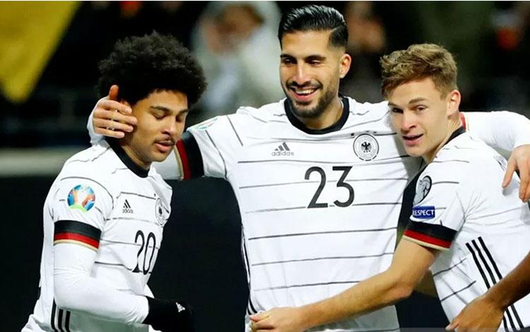 Pesepak bola Jerman Serge Gnabry (kirii) melakukan selebrasi bersama rekannya Emre Can dan Joshua Ki