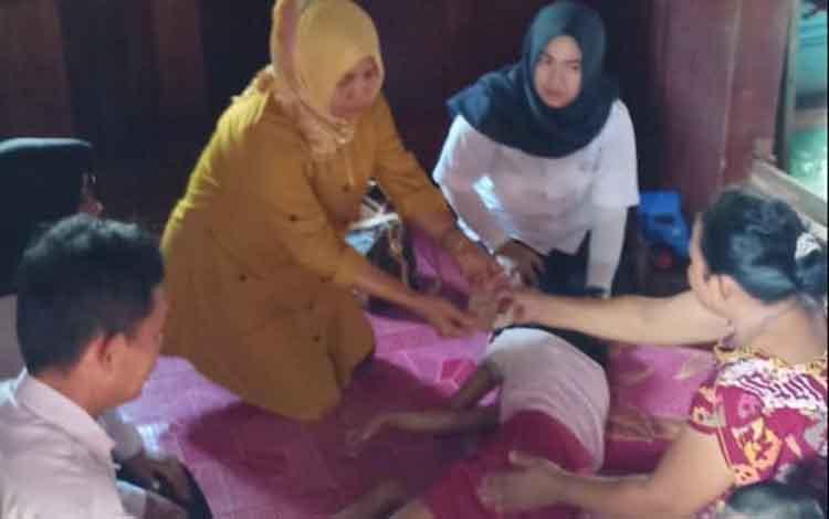Dinas Sosial saat menyalurkan bantuan program ASPD kepada salah satu penyandang disabilitas, Rabu, 20 November 2019.