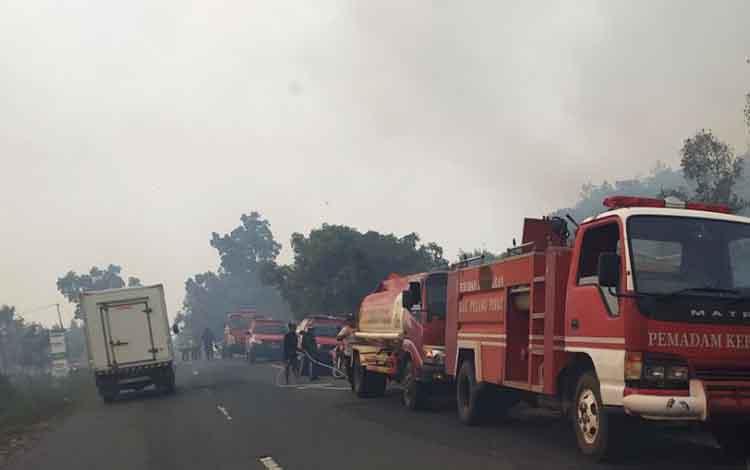 Sejumlah armada damkar diturunkan untuk pemadaman lahan terbakar di Pulang Pisau, Senin, 18 November 2019 lalu.
