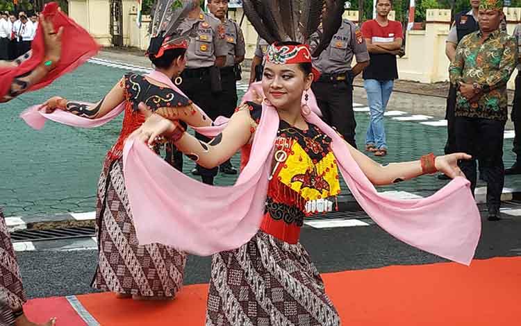 Tari Bahalai yang dimainkan siswi SMA I Kuala Pembuang yang tergabung dalam sanggar tari Panunjung Tarung