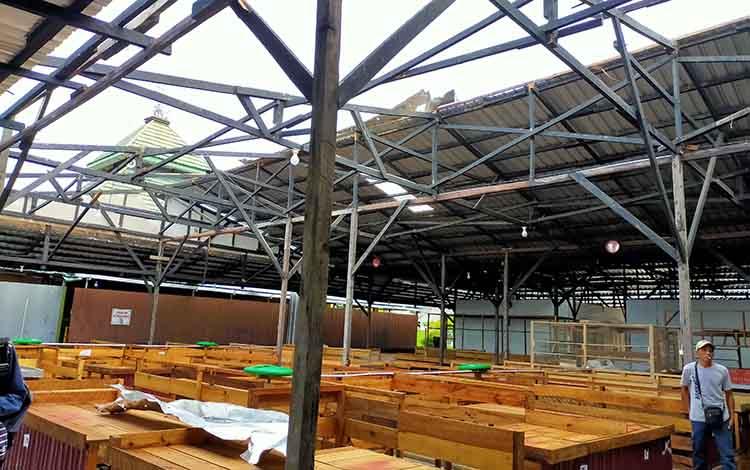 Sejumlah pedagang saat melihat kondisi atap Pasar Tradisional Al Kamal yang rusak dihantam pusaran angin, Rabu, 20 November 2019.