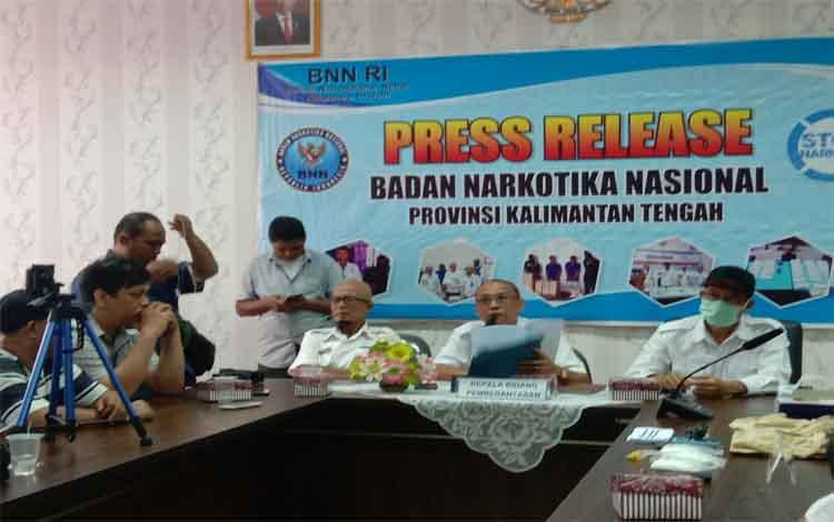 Kabid Pemberantasan BNNP Kalteng I Made Kariada saat menerangkan jika S menggunakan pesawar Nam Air saat membawa sabu
