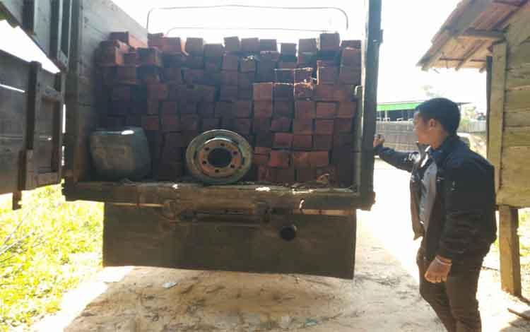 Anggota Polres Barito Utara mengamankan kayu olahan berbagai ukuran tanpa dilengkapi dokumen. Kayu ini diduga ilegal
