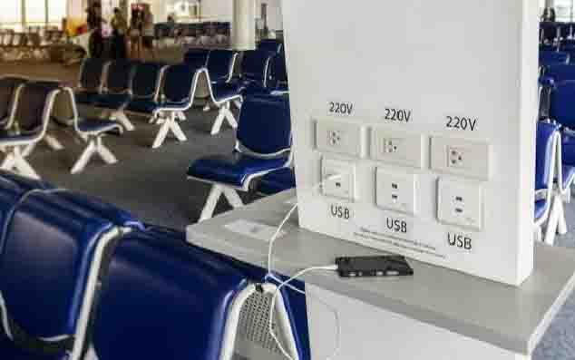 Tempat pengisian baterai ponsel di bandara. (foto : techradar.com)