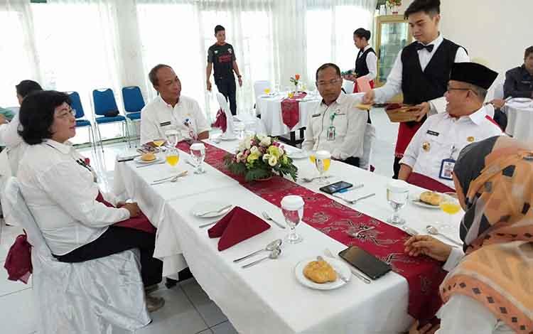 Sejumlah pejabat Pemerintah Provinsi Kalteng mendapat suguhan kuliner dari siswa-siswi SMKN 3 Palangka Raya, Rabu, 20 November 2019.