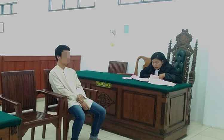 Mo menjalani sidang di Pengadilan Negeri Palangka Raya karena menggelapkan motor milik teman, Rabu 20 November 2019