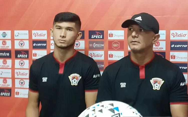 Pelatih kepala Kalteng Putra Gomes de Oliveira (kanan) bersama pemainnya Kevin Gomes de Oliveira (ki