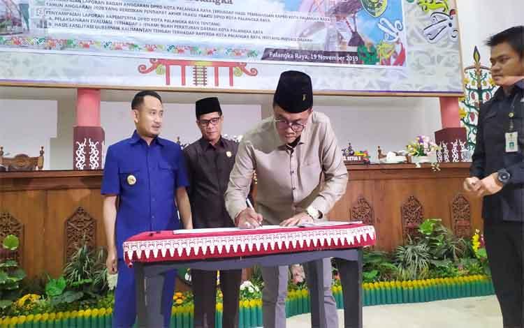 Ketua DPRD Kota Palangka Raya, Sigit K Yunianto menandatangani naskah APBD 2020