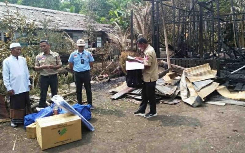Penyaluran bantuan untuk korban kebakaran rumah di Desa Sei Lunuk, Kapuas.