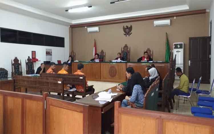 Tiga saksi dari BPMDes Kabupaten Gunung Mas memberikan keterangan terkait kasus korupsi dana Desa Bereng Jun