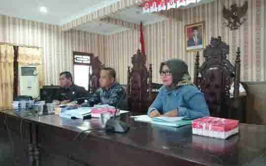Ketua Komisi II DPRD Kotim, Darmawati (kanan) memimpin rapat pembahasan bersama mitra kerja.