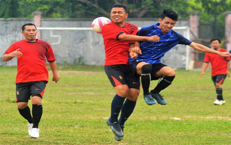 Kapten PS Satria Muda Persepun FC, Pepey berjibaku dengan kiper dari tim Citra Raya dalam lanjutan Divisi Utama Palangka Raya, Kamis 21 November 2019.  Persepun FC menang 3-0 melawan Citra Raya di Gurop A dan memastikan lolos ke babak semifinal